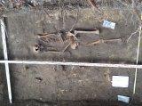 Pojedyncze groby z cmentarza przy kościele Św. Krzyża. Tu kobieta z noworodkiem.